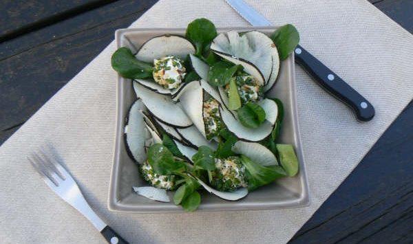 Petite salade d'hiver au radis noir et à la mâche