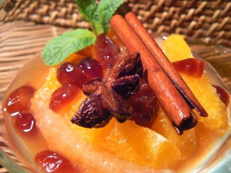 Salade d'agrumes et de canneberges au sirop épicé et menthe fraîche